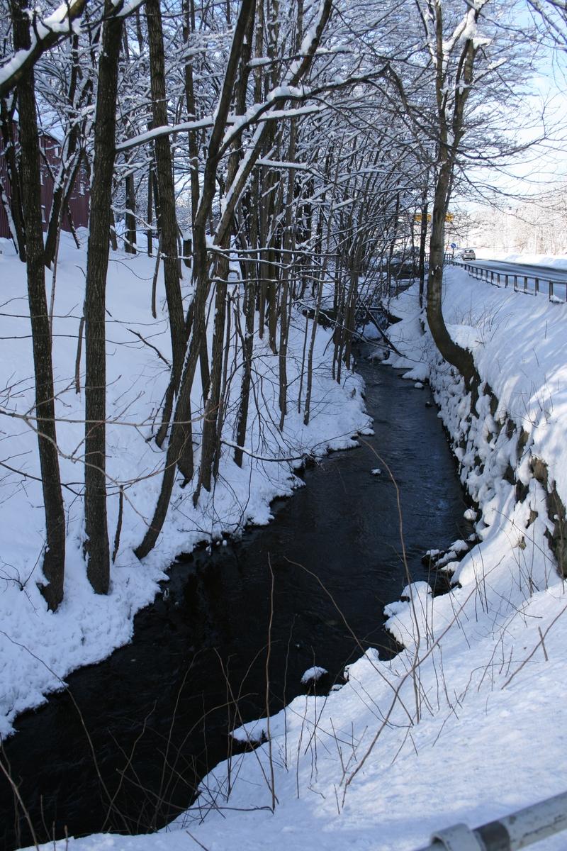 Langsæ. Ved Barbuelva, Mellom Klokkebua og Riksvei 410 t.h. Snødekket vinterlandskap.