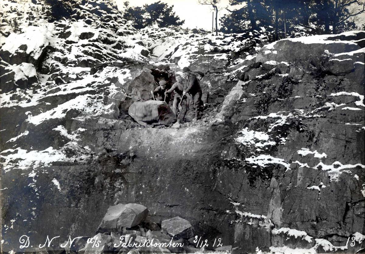 """""""03/12-1912"""" Nitriden. Utsprengning av fabrikktomten. Handmakt for å flytte store steinblokker med spett."""