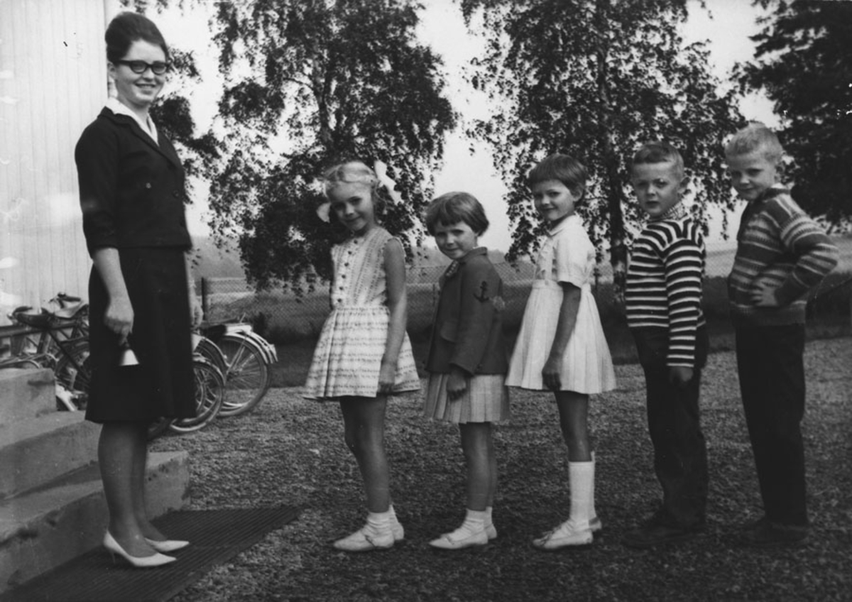 Elever ved Bjerke skole. 1. skoledag med frøken