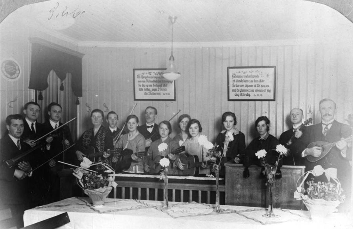 Musikkgruppa med instrumenter i Pinsemenigheten sitt lokale.