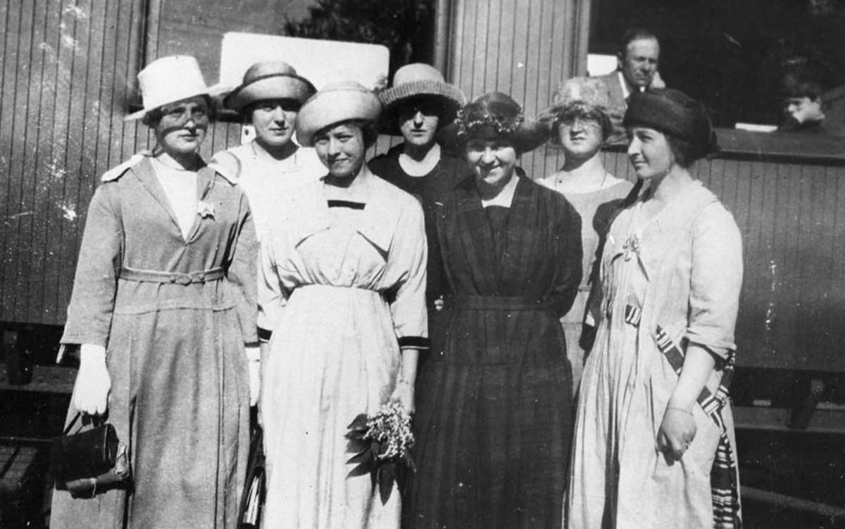 En gruppe kvinner på Kråkstad stasjon