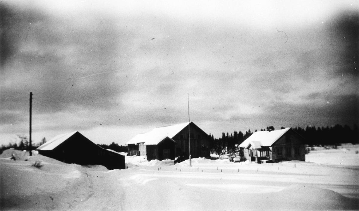 Vinterbilde av en bondegård.