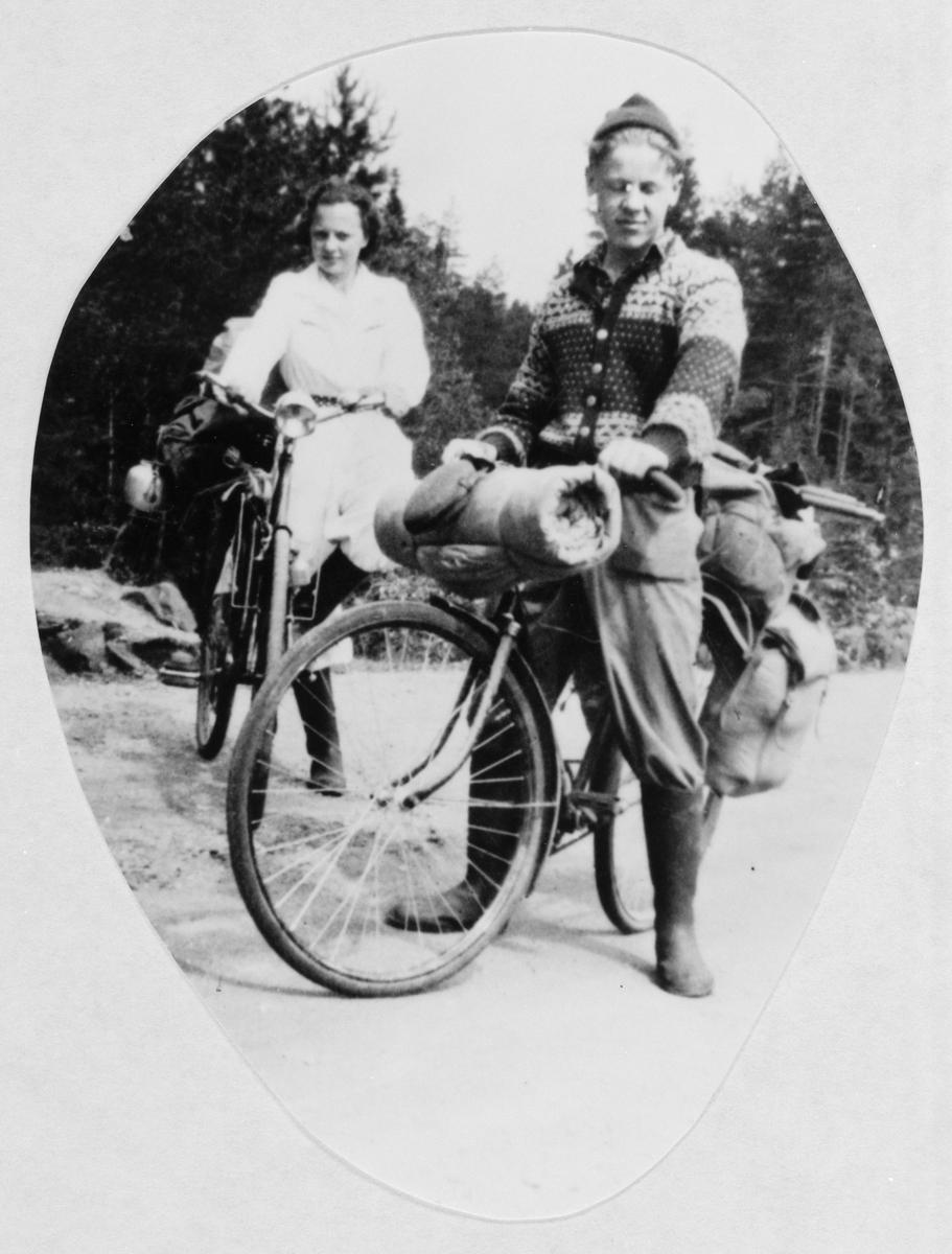 """Ungt par med sykler og turutstyr på tur """"Mjøsa rundt"""" Startet fra Oslo/Eidsvoll."""