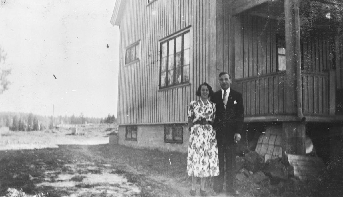 Det nye huset i Vestlivn. 8. Et par poserer foran huset.