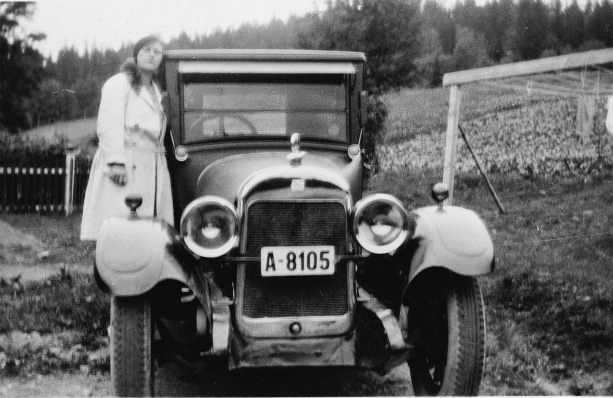 Sjåfør Jane foreviget med veteranbil før tur til Lillehammer.