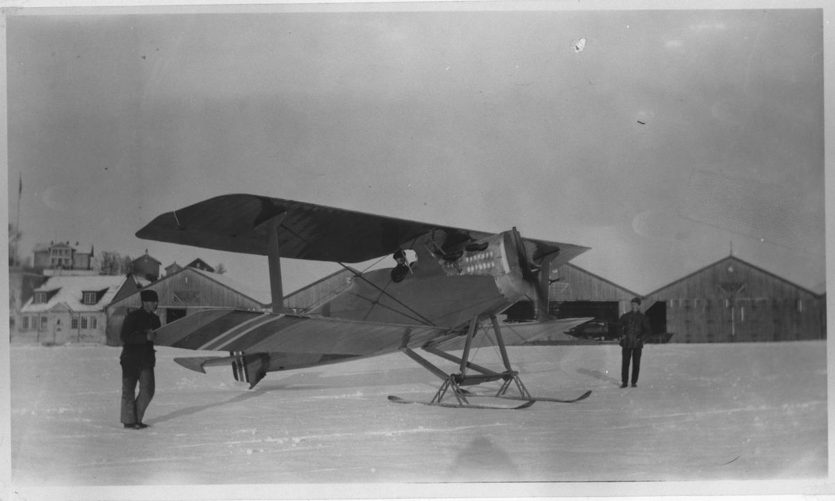 Rekognoseringsfly av typen FF.7 Hauk en lisens bygget Hannoversche Waggonfabrik CL.V i fra Tyskland. Flyskurene 1, 2, 3 og 4 i bakgrunnen, og Kjeller gård bakerst i bildet.