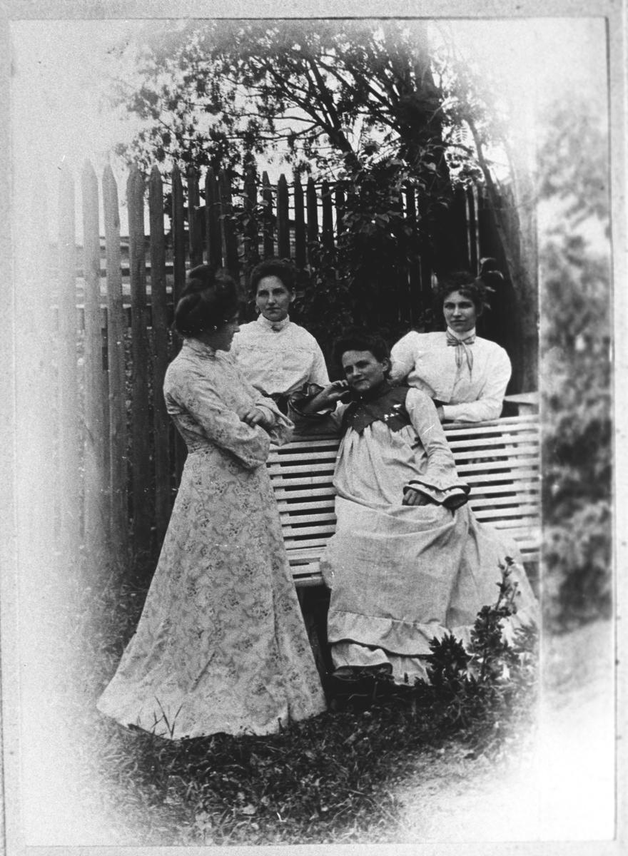 De 4 søstrene Dahlbak i haven på Nesa i Lillestrøm.