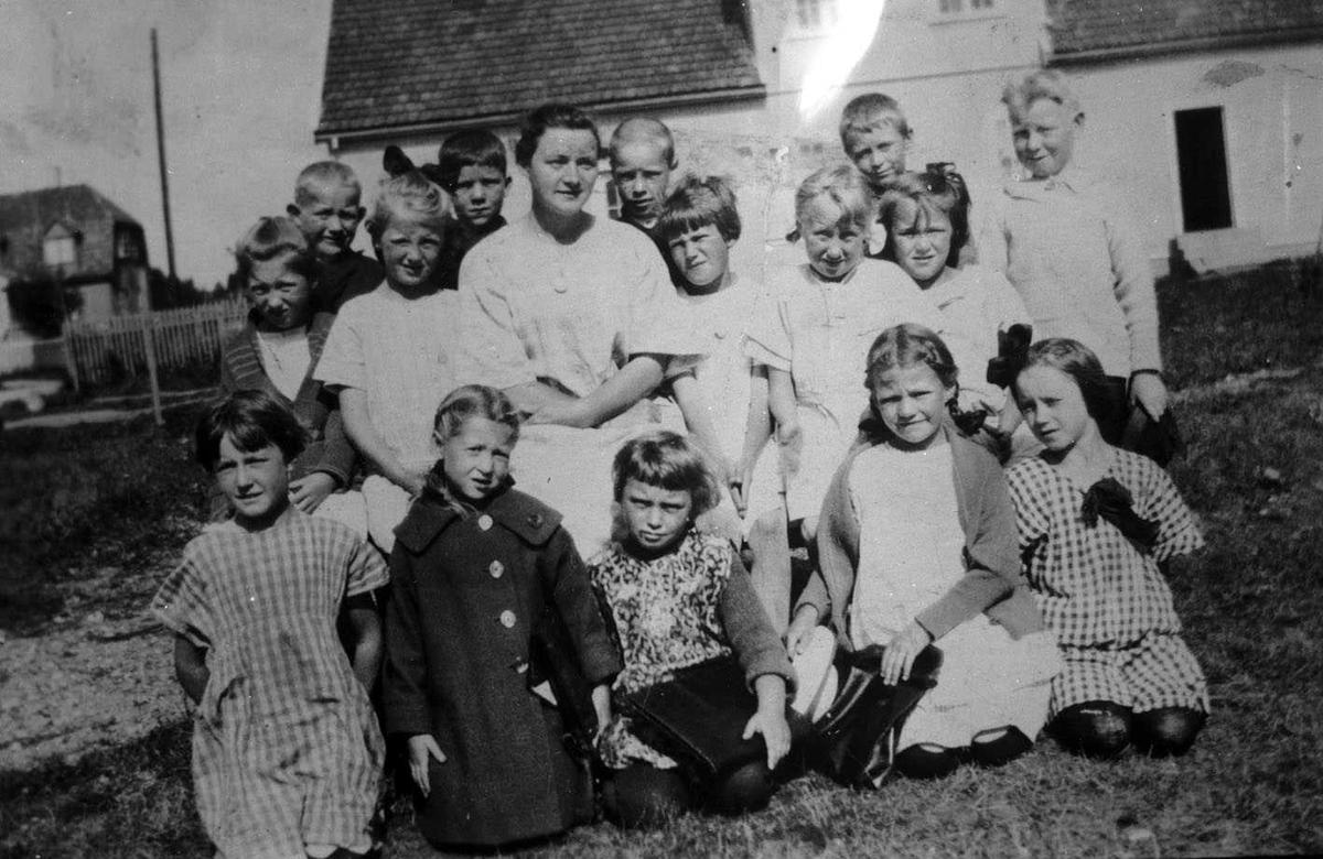 Småskolen, Kjeller. Skolebilde i friluft.