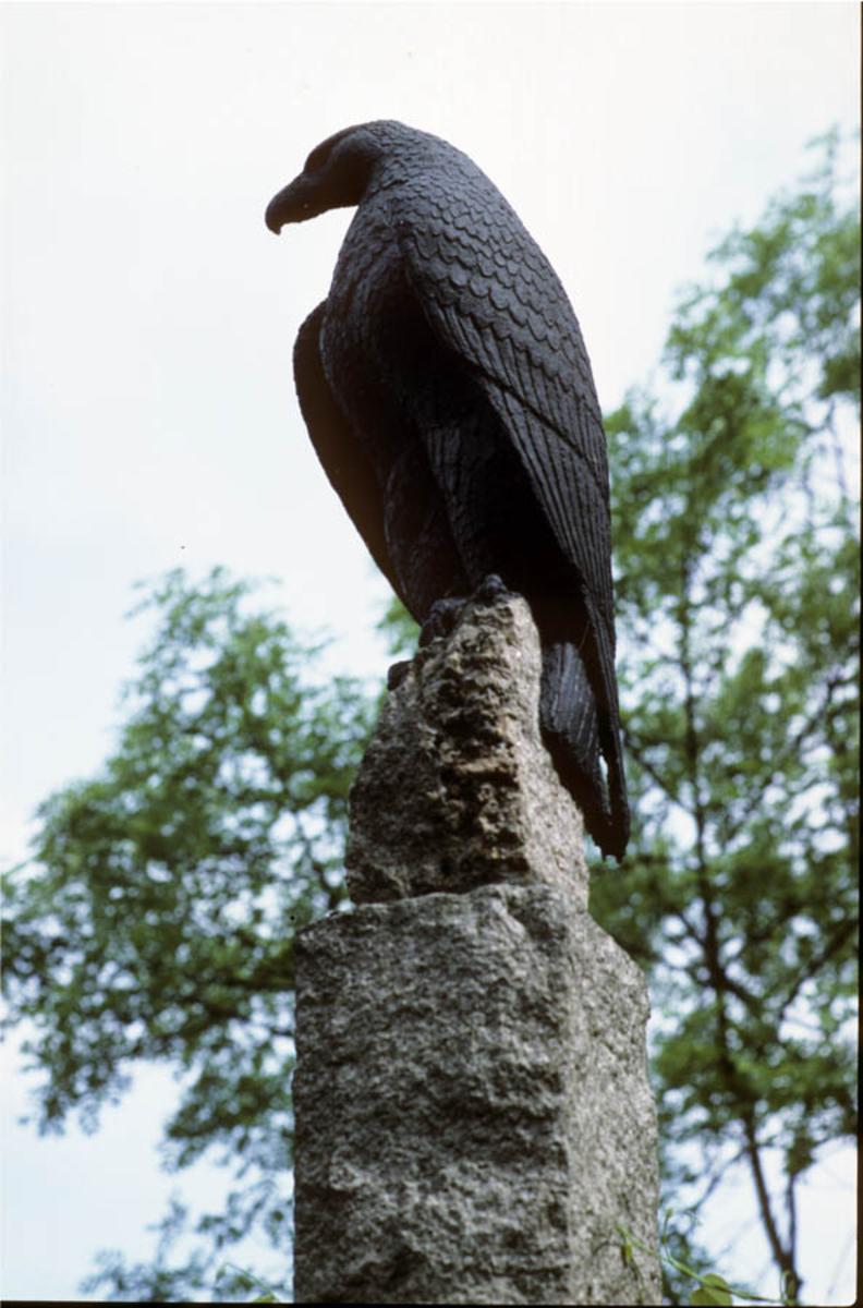 Ørn statue av Anne Grimdalen