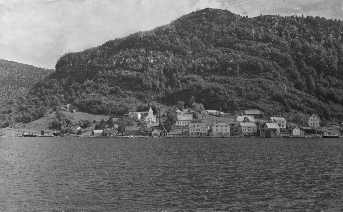 Tettsted ved fjord.