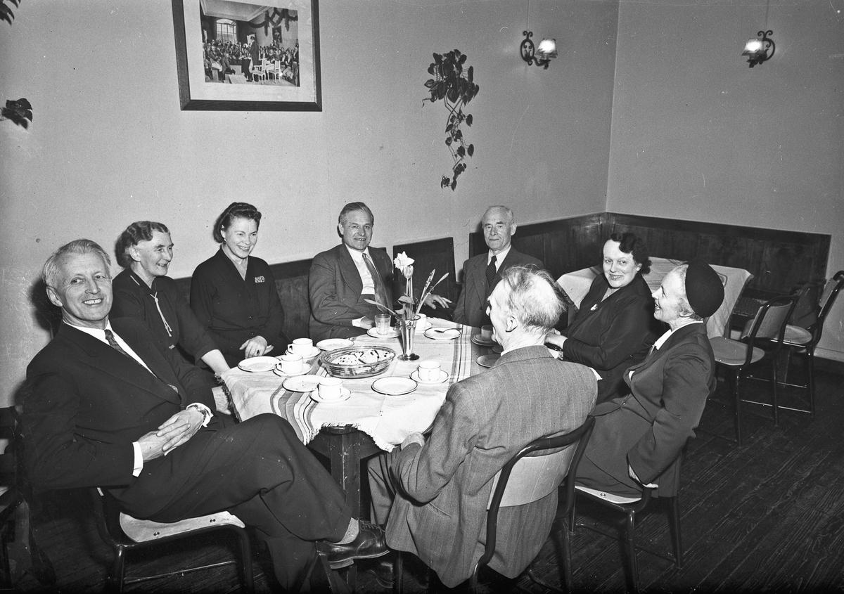 Fra Romerikes Fylkesskole. Fra v.: X, Ågot Brakstad, X, Erling Østerud, Edvard Brakstad, Østeruds kone, X. Sittende med ryggen til også ukjent.
