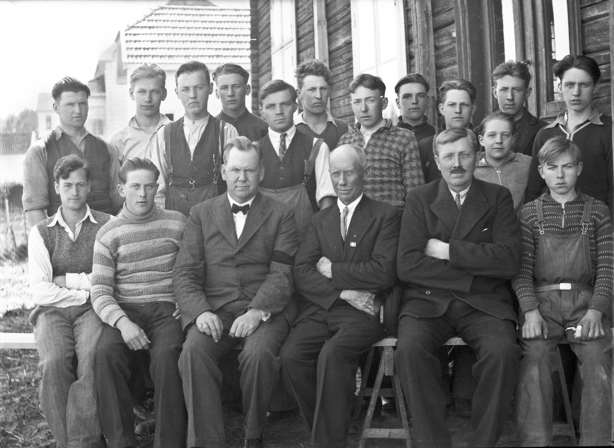 Snekkerskolen på Råholt. Lærere fra v.: X, Borger Ørbeck, Sigurd Brustad.