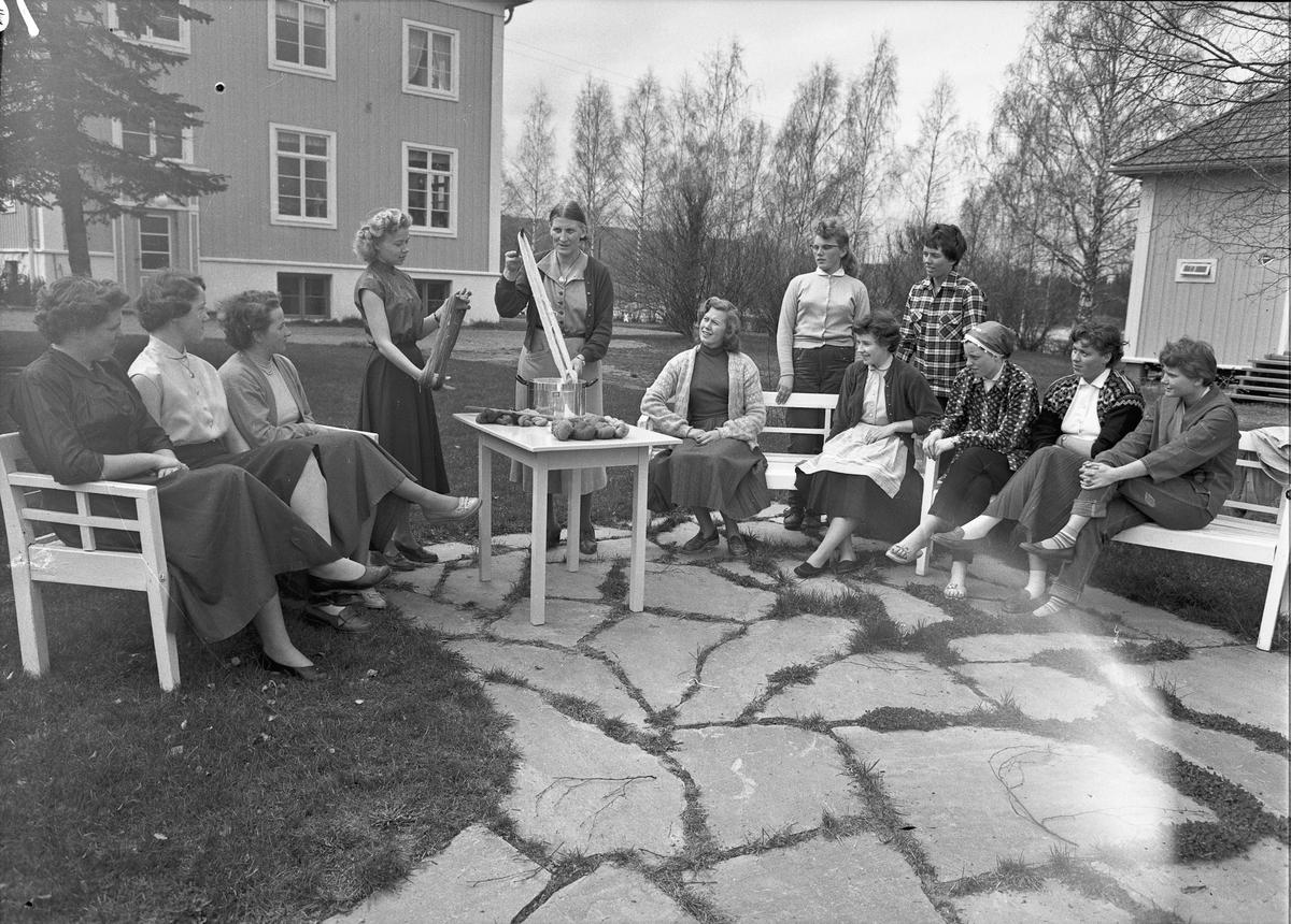 Romerike ungdomsskole / Akershus Fylkes Husmorskolekurs, Sørumsand. Farging av garn?