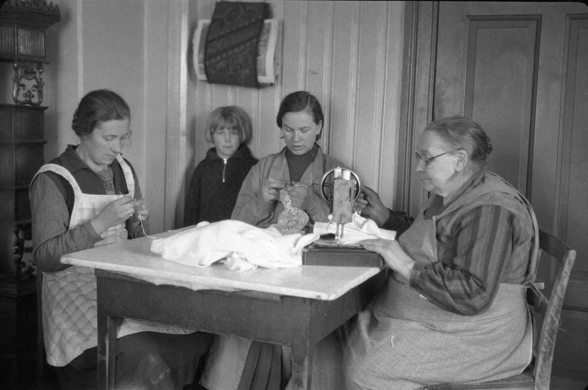 Kvinner som syr. Fra v.: Magnhild Granly, Marit Granly, Mary Råholt og Mina Granly.
