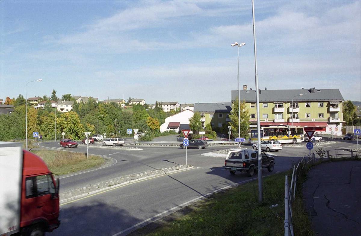 Sagdalen, kryss nederst i Strømsveien, mellom Sjetten og Lillestrøm. Mennesker i overgangsfelt.