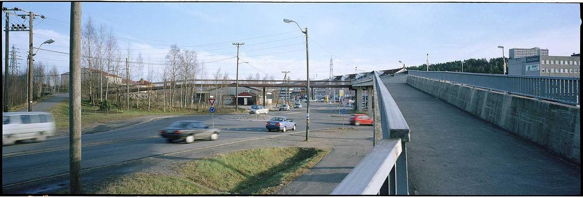 Solheimkrysset gang- og sykkelbroen over Solheimkrysset.  Solheimkrysset til venstre. Fotovinkel: Ø