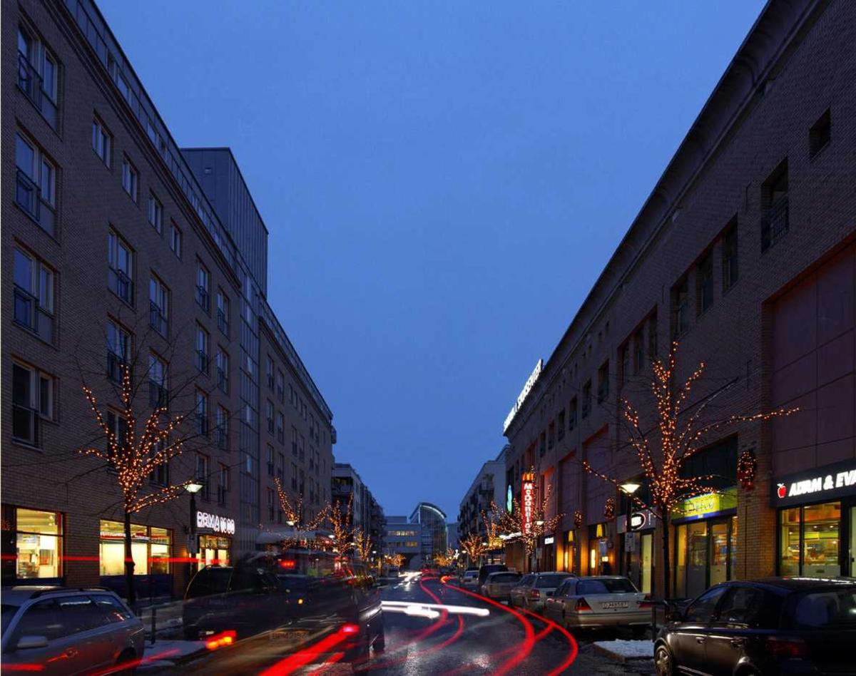 Julebelysning.  Lysende trer danner allèeffekt ved Sandvika Storsenter. Hvite lys i lenker