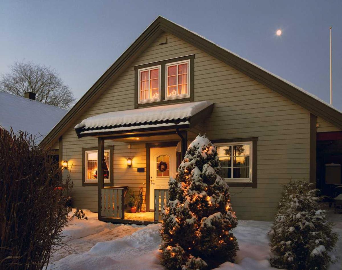 Julebelysning.    Hvit julebelysning i lenke på liten gran ved rekkehus