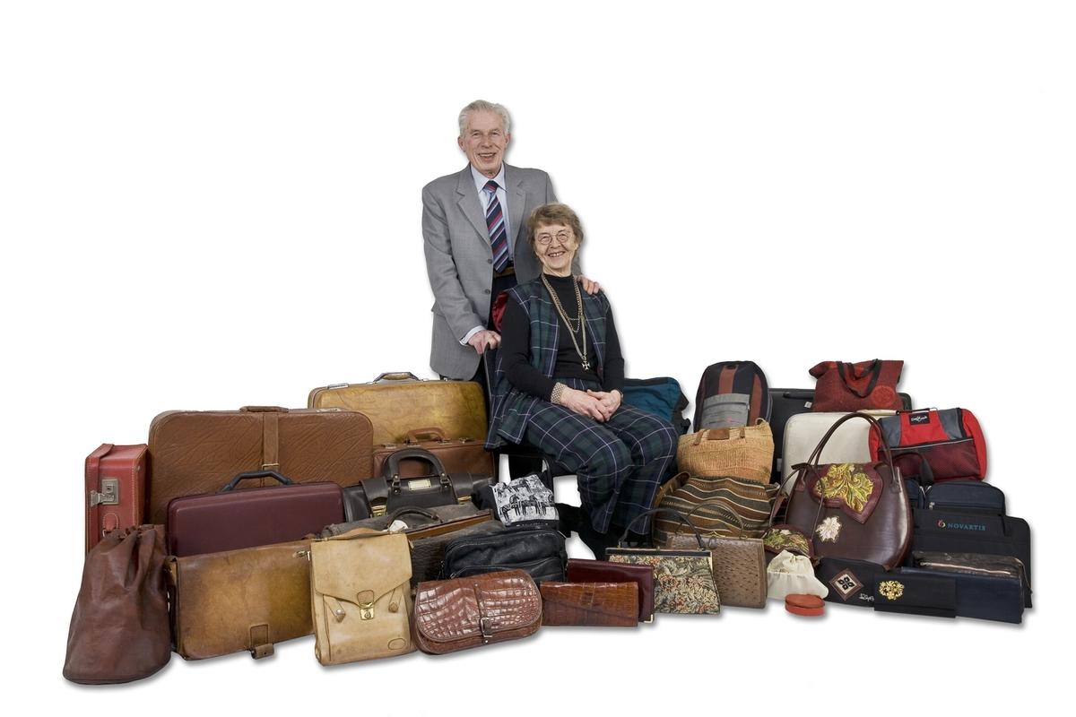 Vesker. Intervjuperson - eldre ektepar - med alle sine private vesker. Studiobilde i forbindelse med samtidsdokumentasjonsprosjekt - Veskeprosjektet 2006