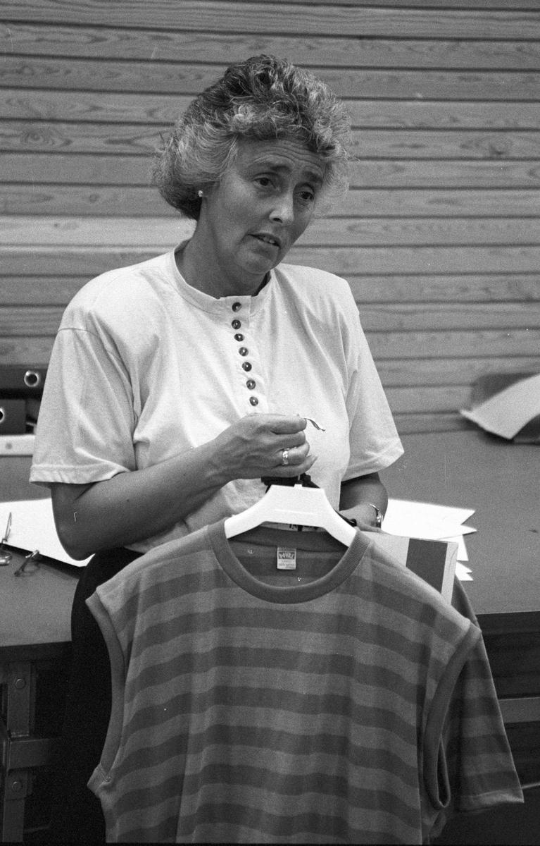 Ferdig singlet vises fram på Dovre, tekoindustri, T-trøyer, arbeidere