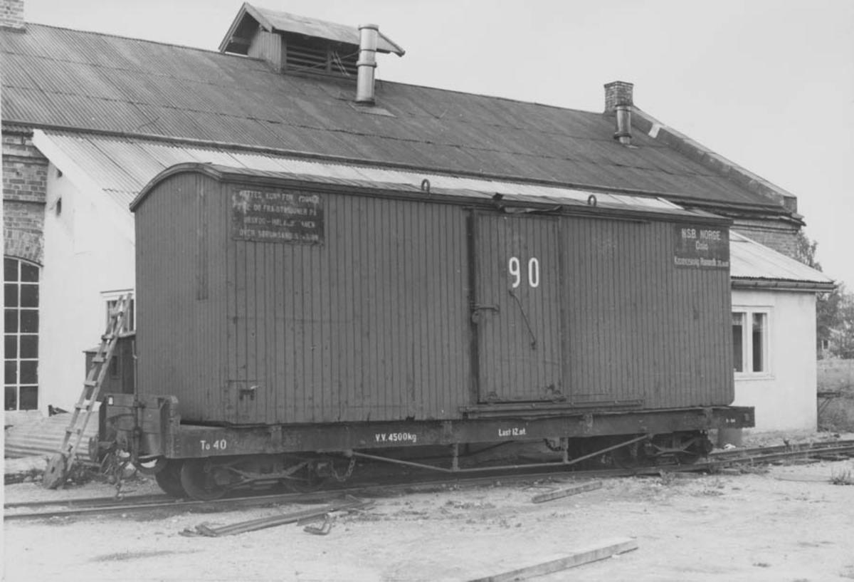 Flatvogn med løftekasse ved verkstedet på Bjørkelangen.