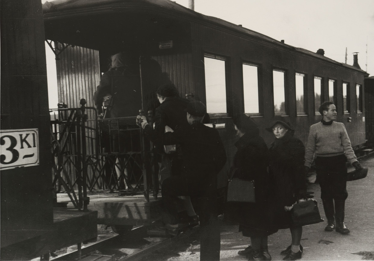Tog til Skulerud. Reisende går ombord.