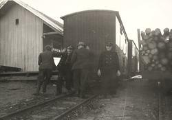 Godsvogn skiftes med håndmakt in på pakkhussporet på Hemnes,