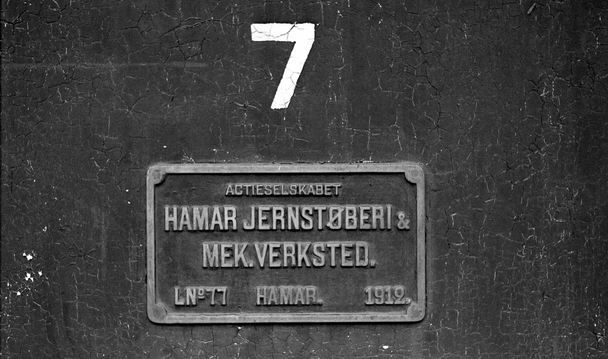 Fabrikkskilt på Setesdalsbanens damplok nr. 7