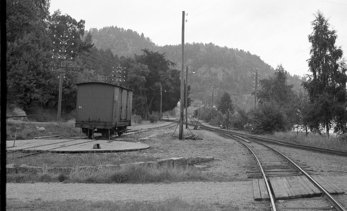 Ved Hægeland stasjon. Grunnmuren bak vognen er rester av lokstallen, foran vognen sees svingskiven. Sporet t.h. er hovedspor sørover, spor midt i er «Mandalsporet».