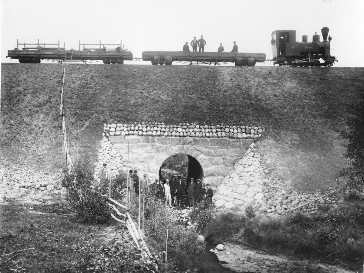 Inspeksjonstog ved Jødalsbekk kulvert sommeren 1896. Bakerst i toget en av Eidsverkets privatvogner påmontert karmer og benker for passasjertransport. Anders Olai Haneborg m/frue til høyre.