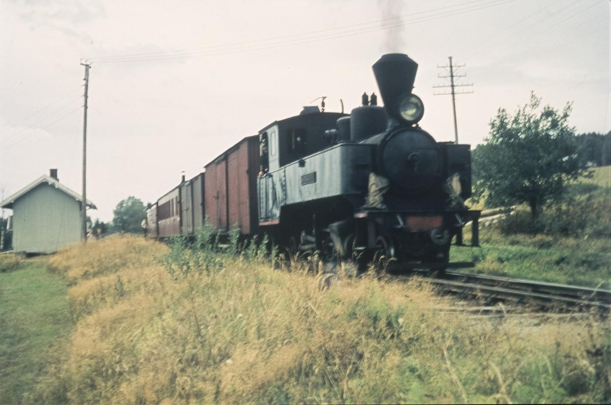Tog 2058 til Sørumsand på Hornåseng stasjon