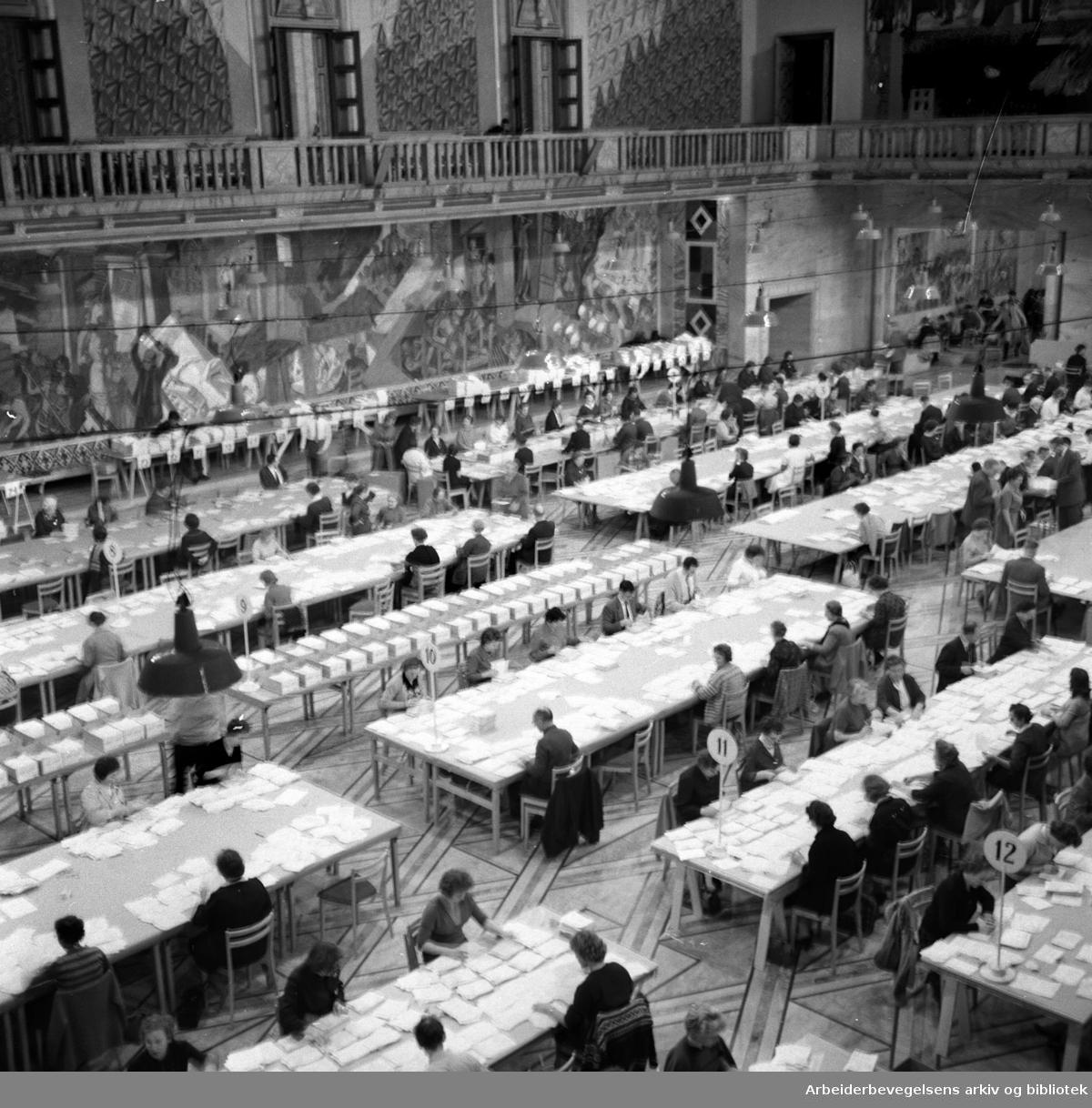 Sortering av selvangivelser i Oslo Rådhus,.31. januar 1961