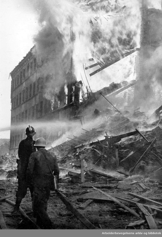 Allierte bombefly angrep Victoria Terrasse,.Drammensveien 2 og en trikk ble truffet,.31. desember 1944