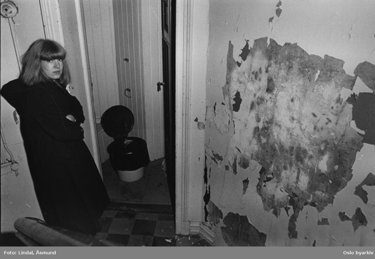 Olaf Ryes plass 6. Bildet er publisert på s. 14 - 15 i boken Oslo-bilder. Bøttedo med pose på gangen. Fotografiet er fra prosjektet og boka ''Oslo-bilder. En fotografisk dokumentasjon av bo og leveforhold i 1981 - 82''. Kontakt Samfoto ved ev. bestilling av kopier.