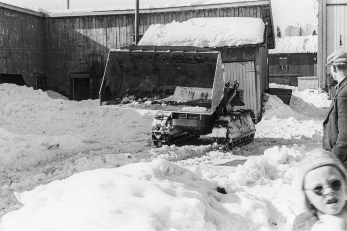 Brøyting av snø med bulldoser.