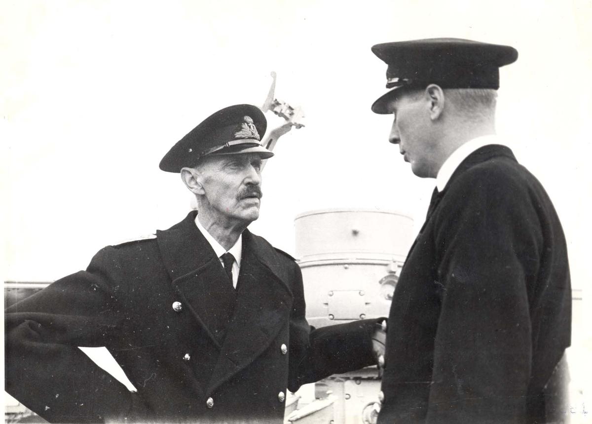 """Jageren """"Stord"""".  HM Kong Haakon på inspeksjon under 2. VK. Kongen i samtale med  skipssjefen Kapt.lt. H. Øi."""