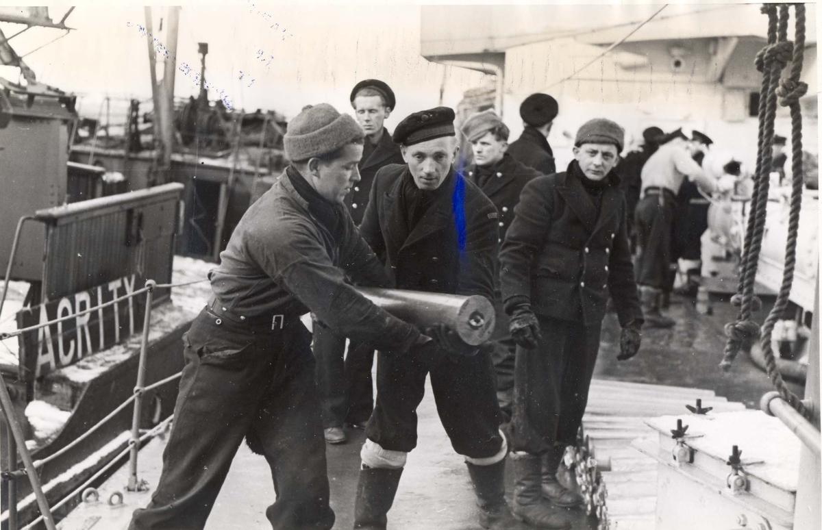 """Enkeltbilde. Jageren """"Stord"""" under oppøving, klargjøing. Ammunisjon blir lastet ombord under  skipets opphold i Scapa Flow."""