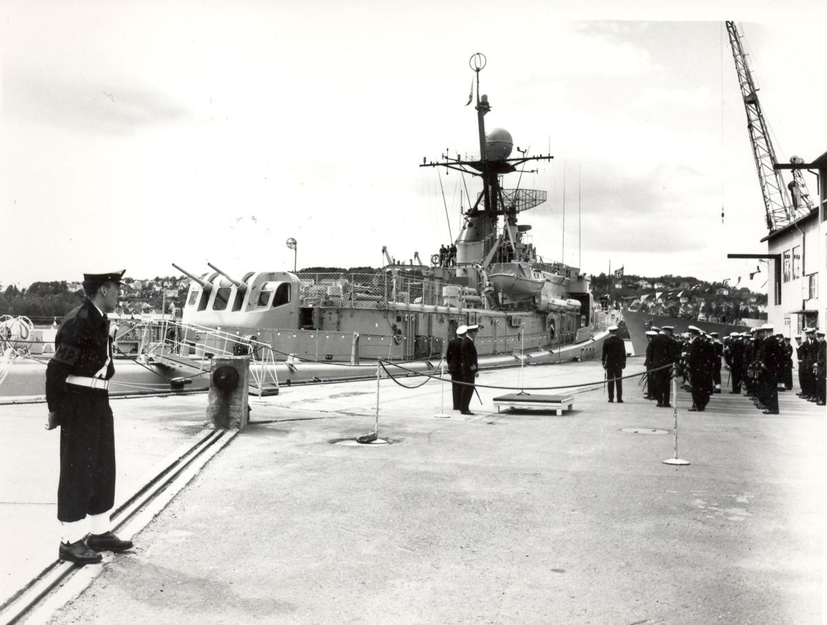 """Oslo-kl.- fregatt KNM """"Trondheim"""" , kommandoheis 2. juni 1966, Karljohans vern/Horten Verft. Mannskaper i ferd med å stille opp før seremonien."""