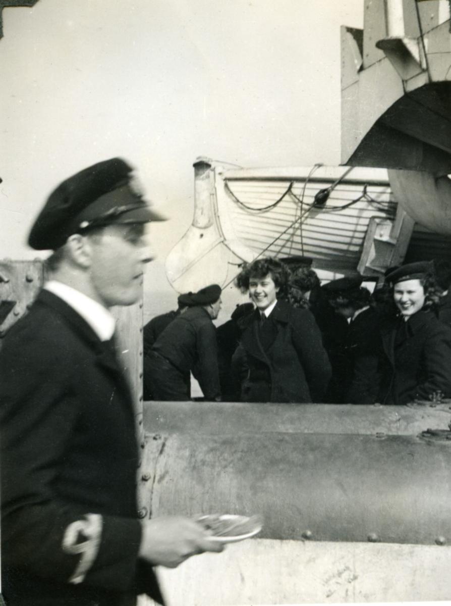 """Album Glaisdale H.Nor.M.S. """"Glaisdale"""". Fotograf: Kadett Smith. En av skipets offiserer."""