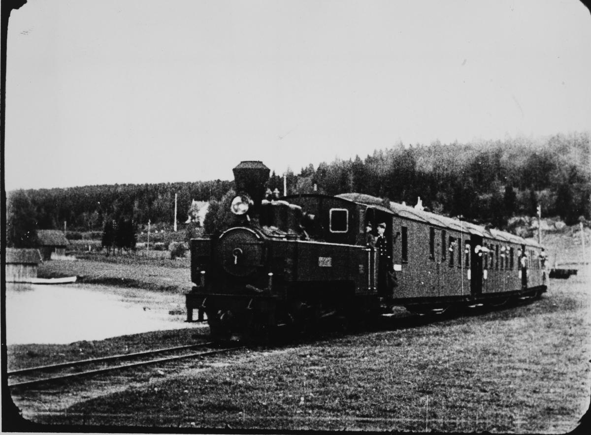 Lok 4 SETSKOGEN med ekstratog ankommer brygga på Skulerud. Fra pressens befaring på Urskog-Hølandsbanen og Haldenkanalen 2.6.1927.