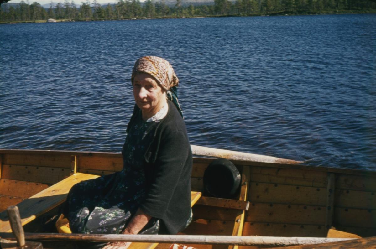 Anna Widén(Anna i Ødemarka) i robåt på Isteren ved Haugsetvollen