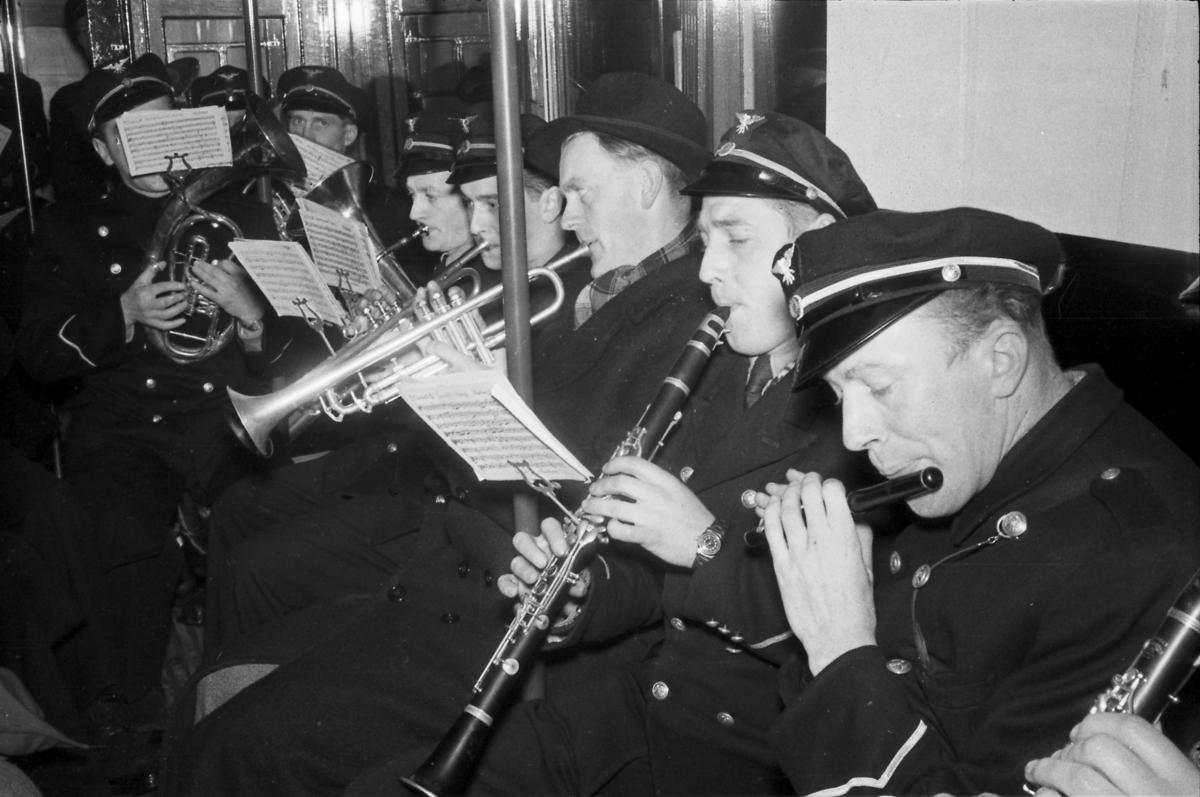Sporveiens 50-årsjubileum, musikkorps spiller ombord i en trikk