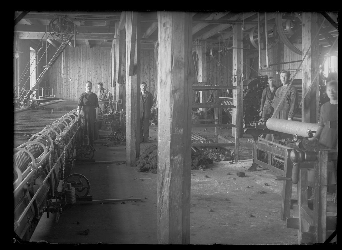 Interiørbilde fra produksjonshallen hos Brødrene Krogs Uldvarefabrikk, Røros