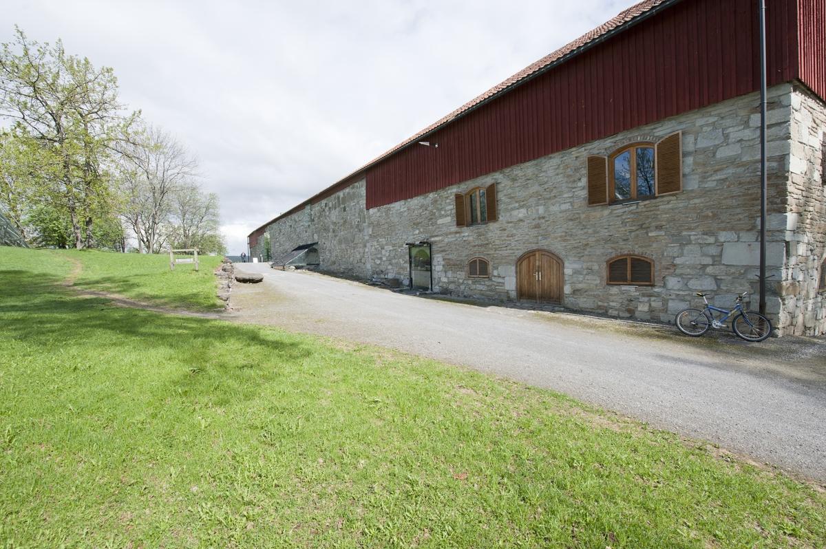 Låvebygningen på Storhamar gård består av tre fløyer, sydfløyen som var stallen, midtfløyen som var selve låvedelen og nordfløyen som var fjøset.  Nord og sydfløyen har en nederdel i mur og en overdel i reisverk som er panelt utvendig. Midtfløyen har vegger av mur helt opp. Vestveggen er oppmurt i middelalderen som vestvegg i Hamar bispegård. Nord og sydveggene er også fra Hamar bispegårds tid. Låven har saltak med valm i enden av nord og sydfløyen. Bygningen er i dag museum og utstillingsbygg for Hedmarksmuseet. All opprinnelig utredning er tatt ut og alle innvendige konstruksjoner er nye. Innredningen og enkelte trekk i eksteriøret er tegnet av arkitekt Sverre Fehn.