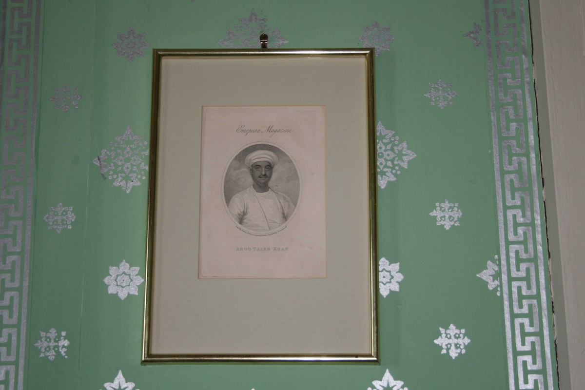 Ovalt bilde. Mann med hvit drakt og hvitt hodeplagg.