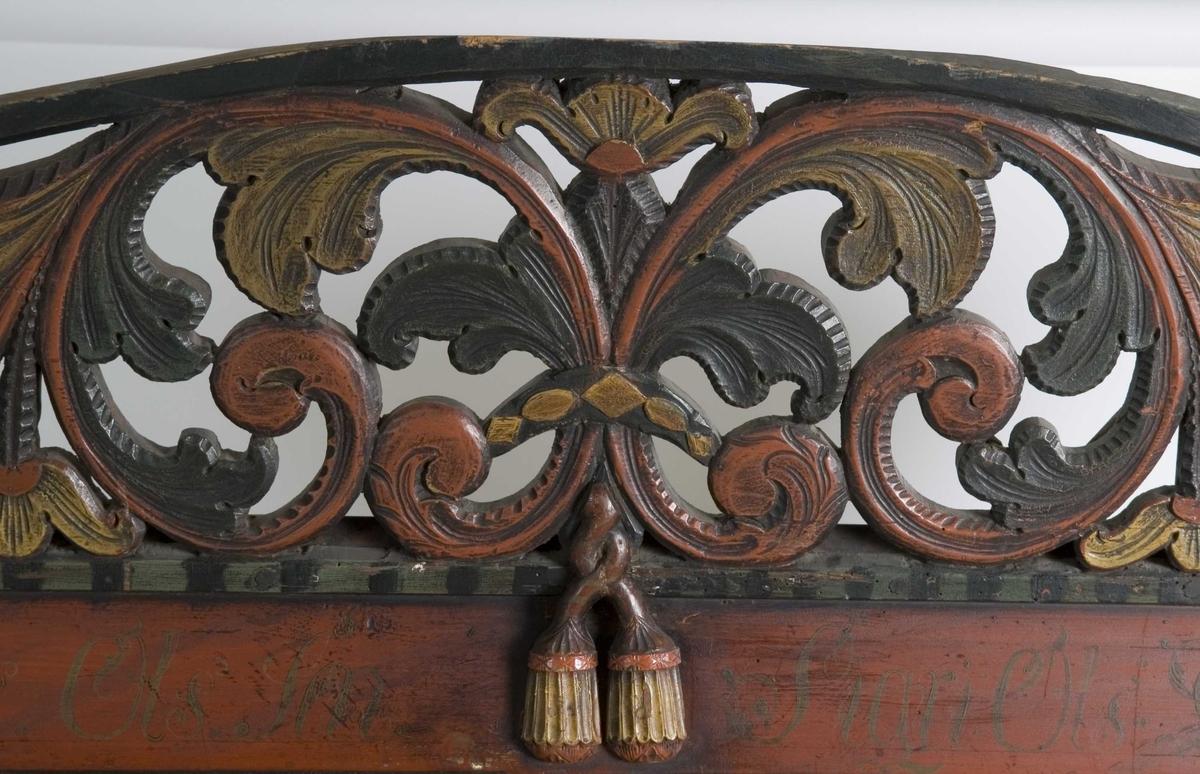 Framskap på fire dreide ben. Dekorert med marmorering, utskårne klassisistiske motiv og krone med gjennombrutt akantusranke.