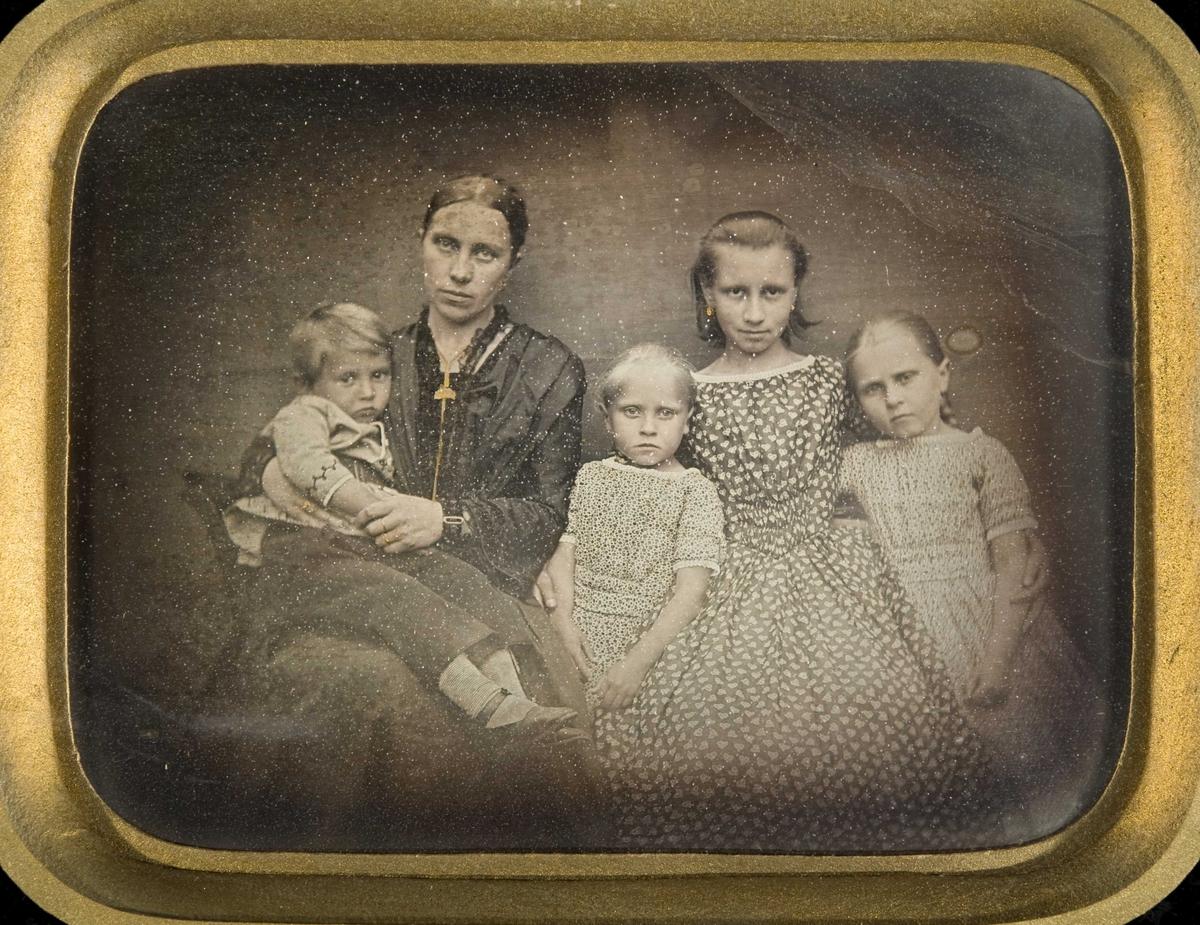 Daguerreotypi. Gruppeportrett halvfigur av familien til sokneprest Olaus Wullum og hans andre kone Ingeborg Wullum, født Krognes (1825-1926). Barna Marie, Elisa, Anna og Erik.