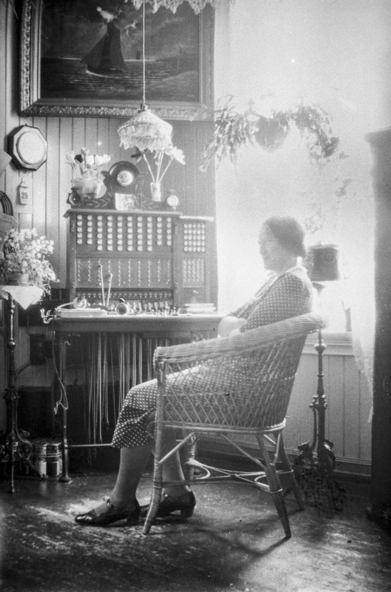 Kvinne ved telefonsentral.