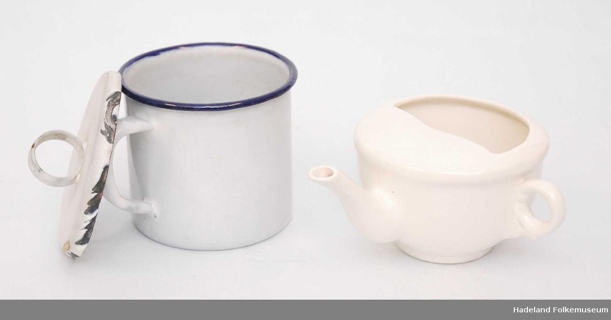 a) emaljert kopp med hank. b) emaljert lokk til a). c) kopp  i hvitt steintøy med hank og drikketut.