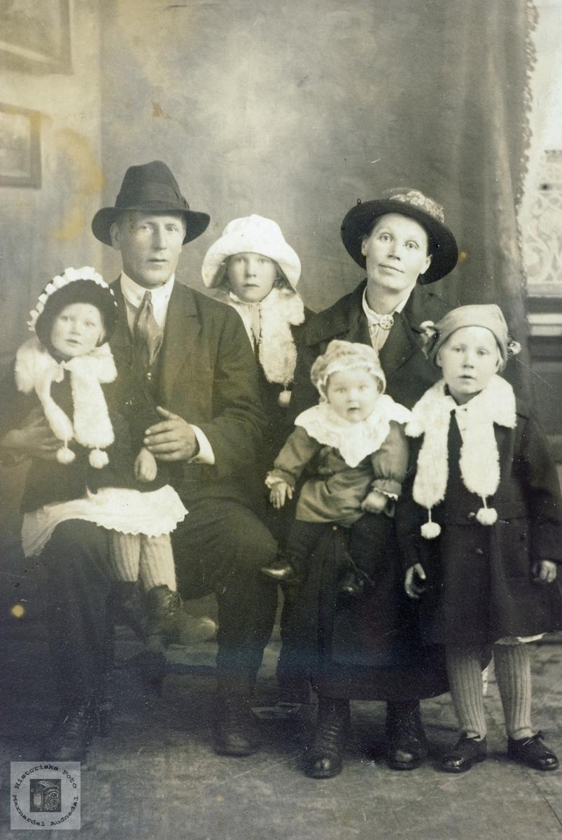 Portrett av familien Vormelid med tilknytning til Åseral og Grindheim senere Audnedal.